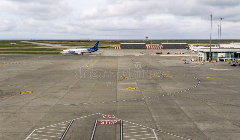 RICHMOND, CANADÁ - 14 de septiembre de 2018: Vida ocupada en los aviones y el cargo del aeropuerto internacional de Vancouver imagen de archivo