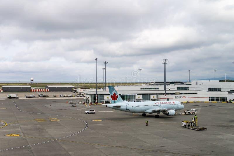 RICHMOND, CANADÁ - 14 de septiembre de 2018: Vida ocupada en los aviones y el cargo del aeropuerto internacional de Vancouver imagenes de archivo