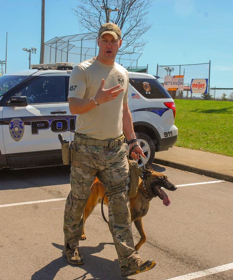 Richmond, KY E.U. - 31 de março de 2018 - Páscoa Eggstravaganza um oficial K9 demonstra técnicas e exercícios de formação caninos fotografia de stock