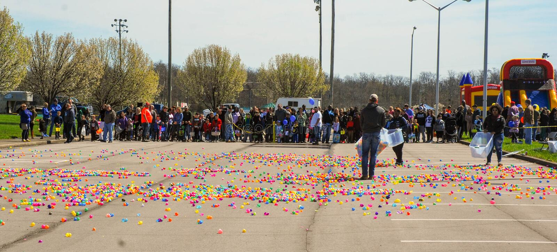 Richmond, KY marzo degli Stati Uniti, 31 2018 - Pasqua Eggstravaganza - bambini allinea come uova di plastica fuori spante adulti immagini stock