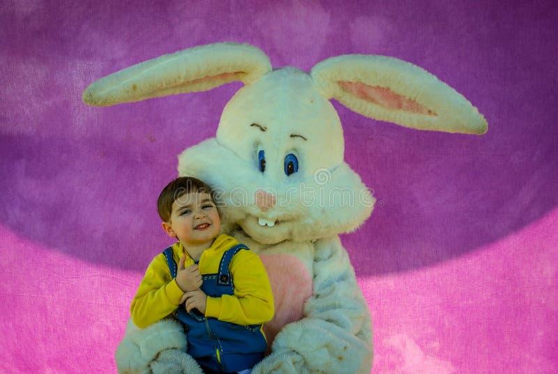 Richmond KY USA - mars, 31 2018 - påsk Eggstravaganza - en pojke poserar med ett tecken för påskkanin för ett foto, fotografering för bildbyråer