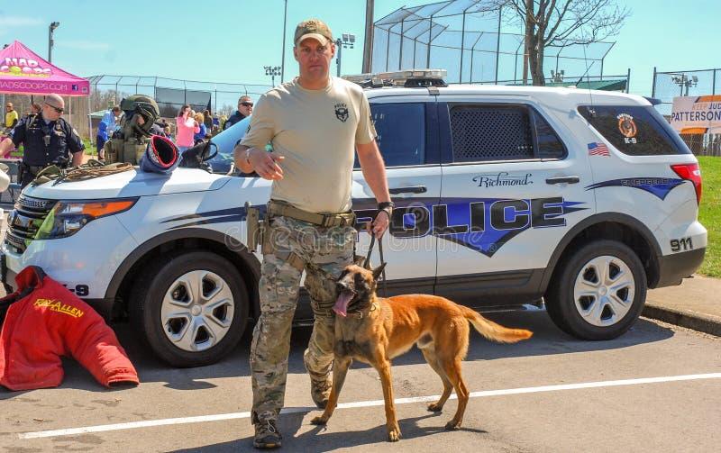 Richmond KY USA - mars 31, 2018 - påsken Eggstravaganza en tjänsteman K9 visar hund- tekniker och utbildningsövningar royaltyfri fotografi