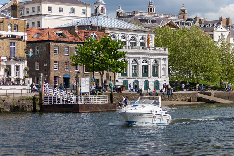 RICHMOND, SURREY/UK - 8 MEI: Motorboot die Richmond op overgaan royalty-vrije stock foto's