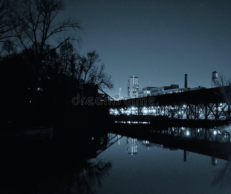 Richmond, VA-cityscape kalm water wordt overdacht dat stock afbeeldingen