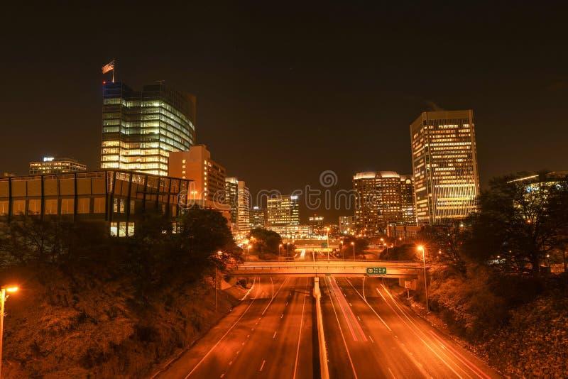 Richmond, Virginia bij nacht die van de binnenstad kijken stock fotografie
