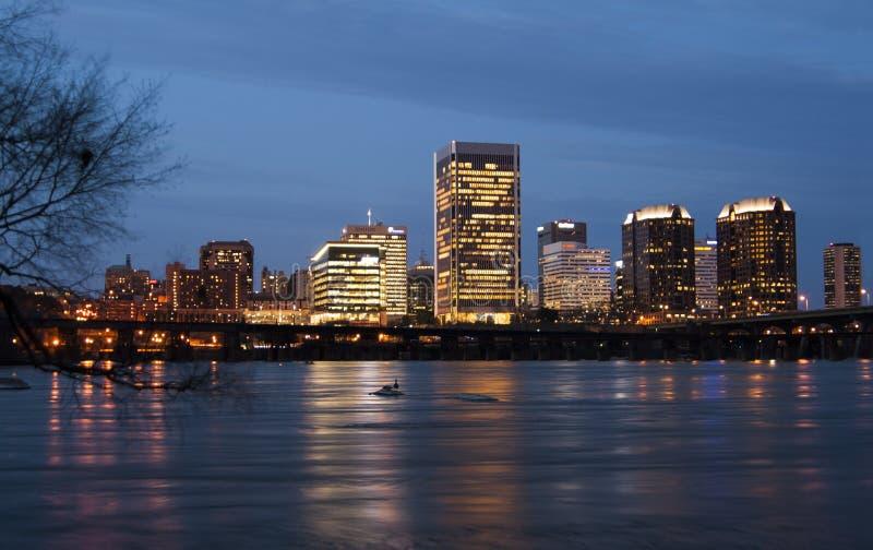 Richmond Virginia Skyline en la noche imágenes de archivo libres de regalías