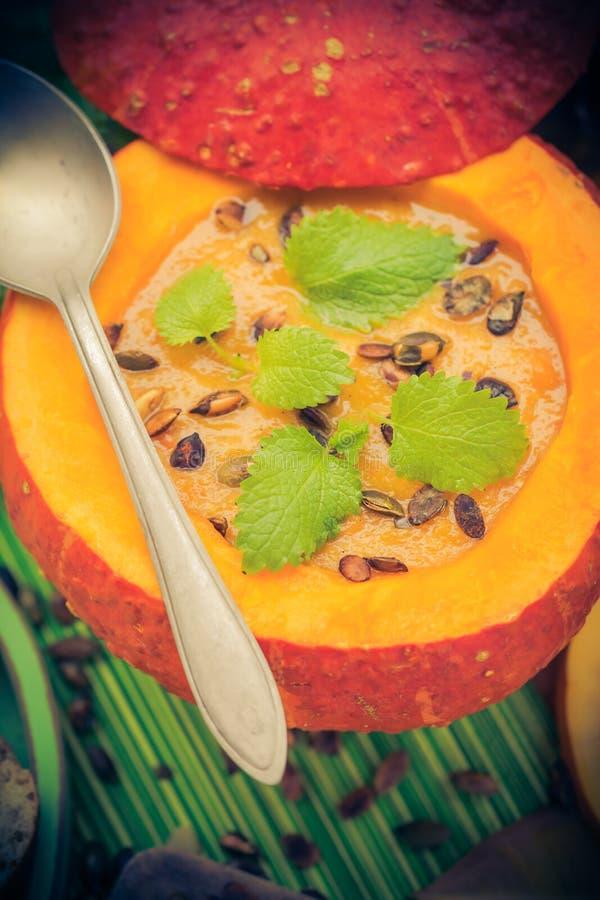 Richten Sie gediente hohle Fruchtweinlese Halloween-Kürbises Suppe an stockbilder