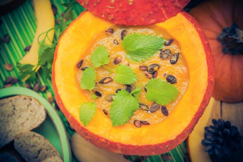 Richten Sie gediente hohle Fruchtweinlese Halloween-Kürbises Suppe an stockbild