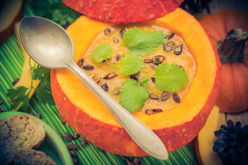 Richten Sie gediente hohle Fruchtweinlese Halloween-Kürbises Suppe an lizenzfreies stockbild