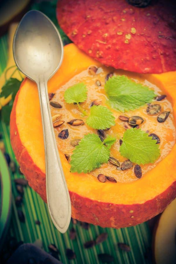Richten Sie gediente hohle Fruchtweinlese Halloween-Kürbises Suppe an lizenzfreie stockbilder