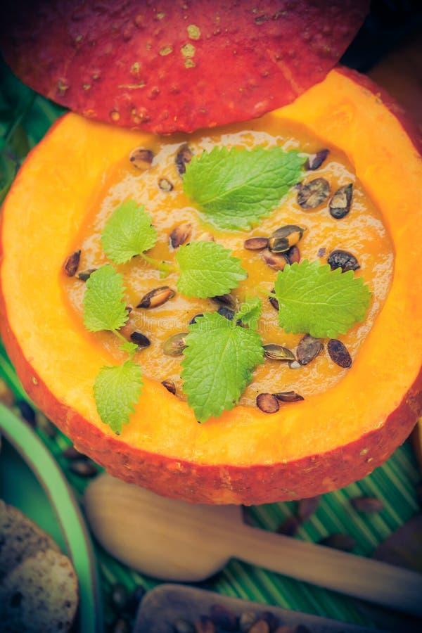 Richten Sie gediente hohle Fruchtweinlese Halloween-Kürbises Suppe an stockfotografie