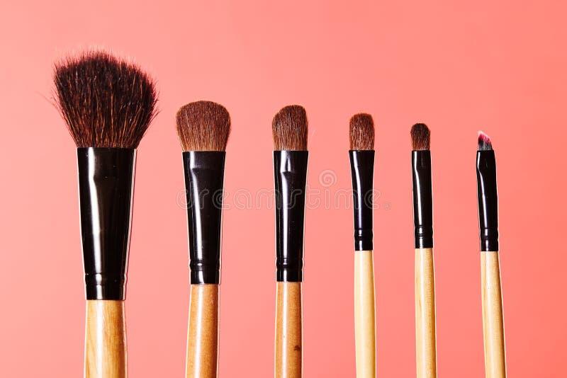 Richten Sie Hilfsmittel her Pinsel für Verfassung Kosmetik-Bürsten auf hellem Hintergrund Nahaufnahme des Schönheitsmaterials lizenzfreie stockbilder