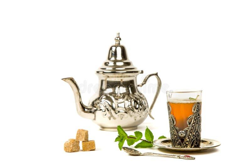Richten Sie marokkanischen tadellosen Tee in der ursprünglichen Schale aus lizenzfreie stockfotos