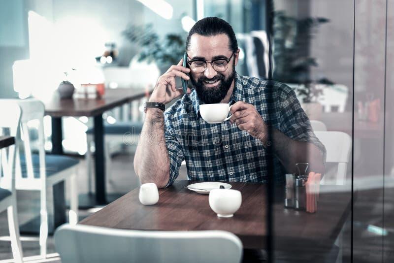 Richtend rijpe zakenman die wat smakelijke koffie drinken die onderbreking hebben royalty-vrije stock foto's