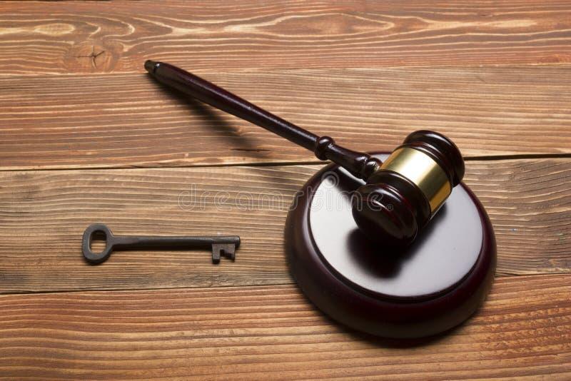 Richter-Auktionator-Hammer, Retro- Tür-Schlüssel auf der hölzernen Tabelle Konzept für Versuch, Konkurs, Steuer, Hypothek, Auktio stockbilder