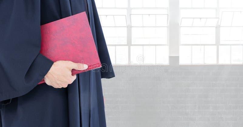 Richter, der Buch vor hellen Fenstern hält stockbilder