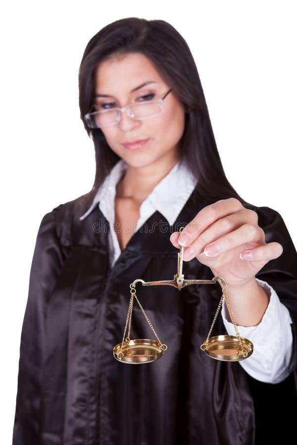 Richter, der die Skalen von Gerechtigkeit hält lizenzfreies stockbild