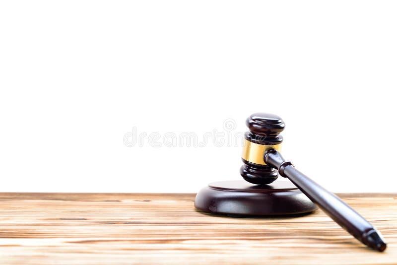 Richter Hammer und Tonblock auf hölzernem Brett über hellem backgrou lizenzfreies stockbild