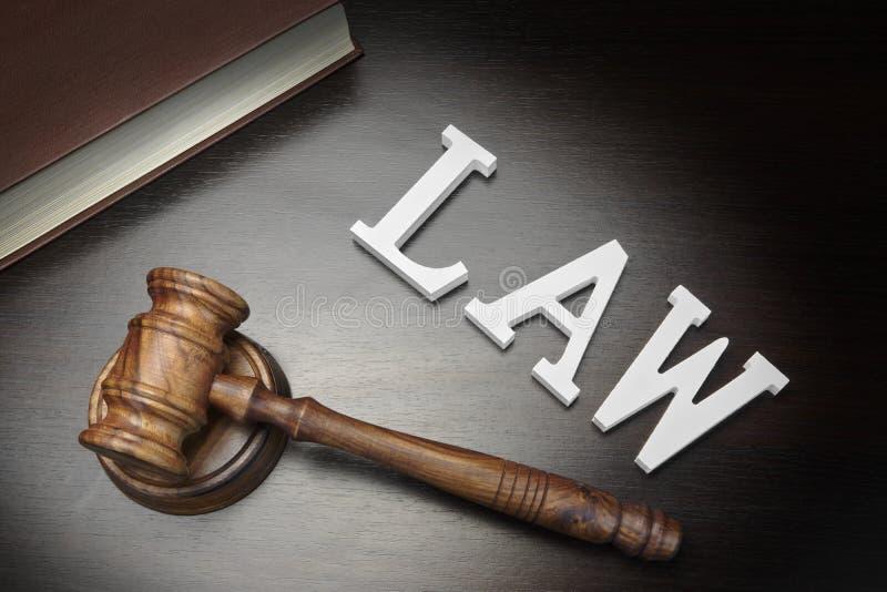 Richter-Hammer, Zeichen-Gesetz und Buch auf schwarzem hölzernem Hintergrund, lizenzfreie stockfotos
