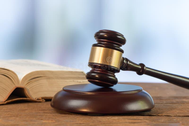 Richterhammer mit Gesetzbuch lizenzfreie stockfotos