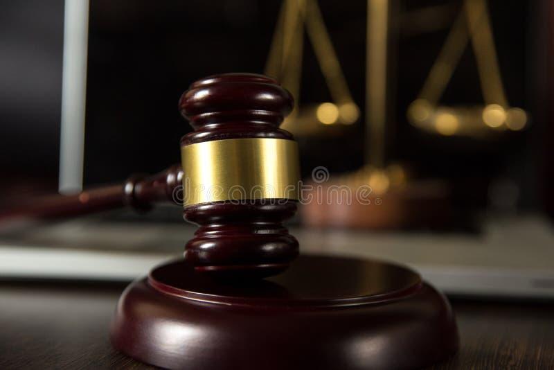 Richterhammer, Skalen von Gerechtigkeit und Gesetzbücher herein stockfotos