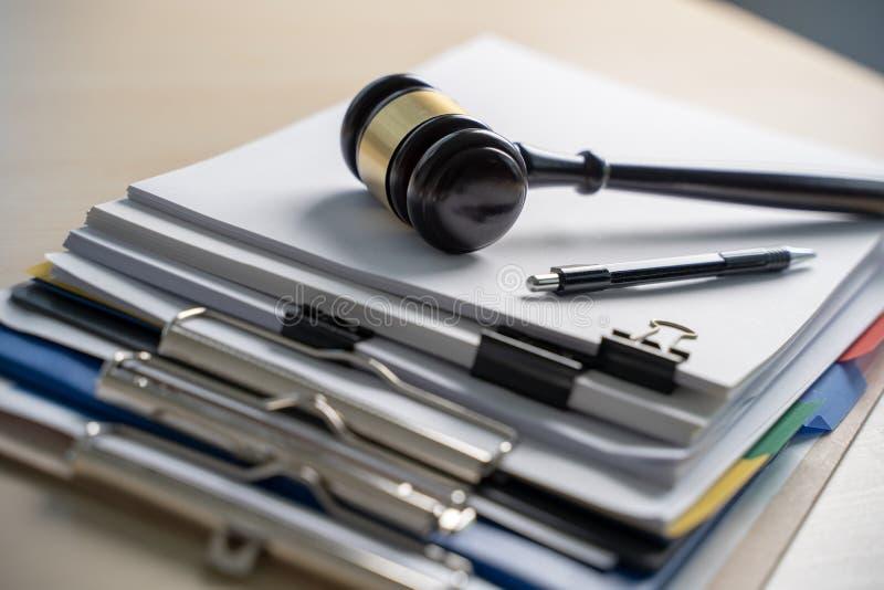 Richterhammer und Geschäftsberichtpapiere, wichtige Dokumente lizenzfreies stockbild