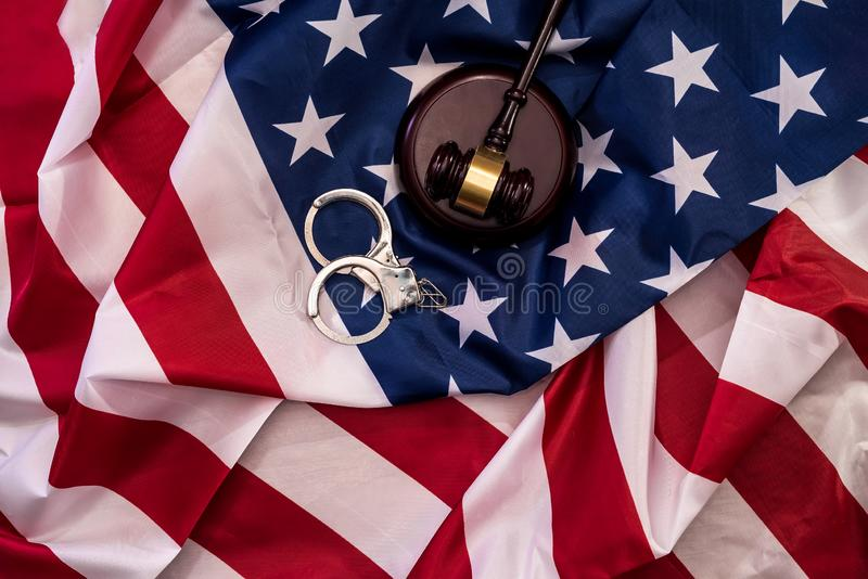 Richterhammer und -handschellen auf Abschluss der amerikanischen Flagge oben lizenzfreies stockfoto