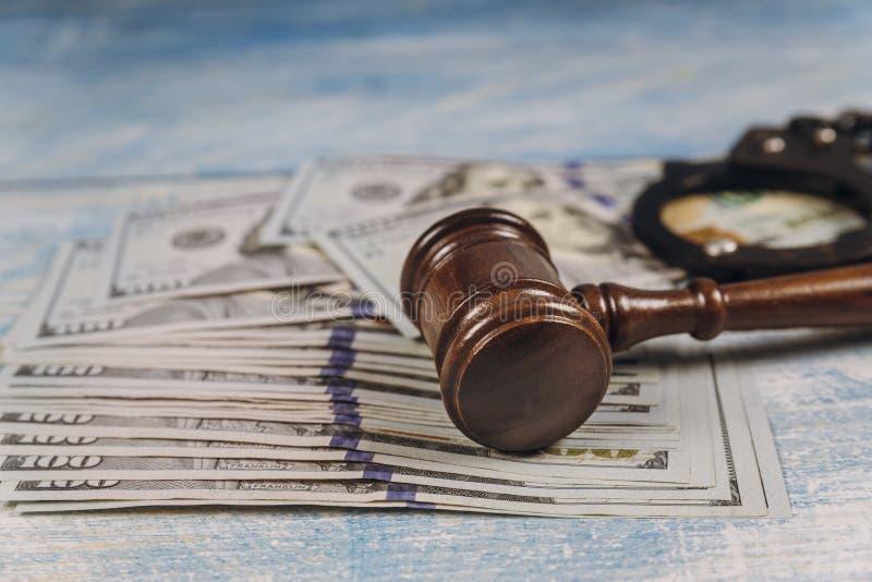 Richterhammer von Metallpolizei-Handschellen- und Dollar-Korruption, Finanzkriminalität des schmutzigen Geldes lizenzfreie stockfotografie