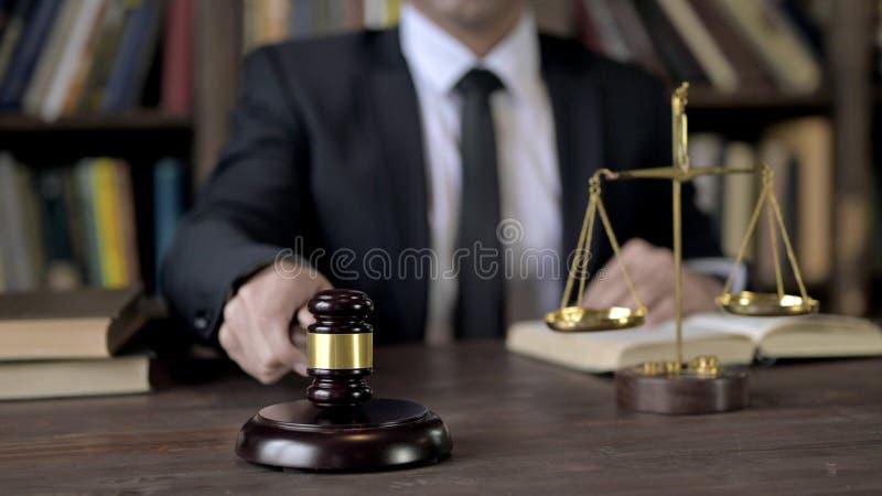 Richterin Hand schlug den Gavel im Gerichtssaal stockfotos