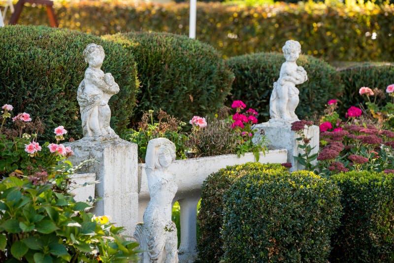 Richting van reis Europa, Italiaanse tuin in restaurant stock fotografie