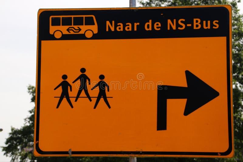 Richtingsteken voor reizigers die de bussen in plaats van treinen bij post nIeuwerkerk aan hol IJssel in werking stellen stock foto
