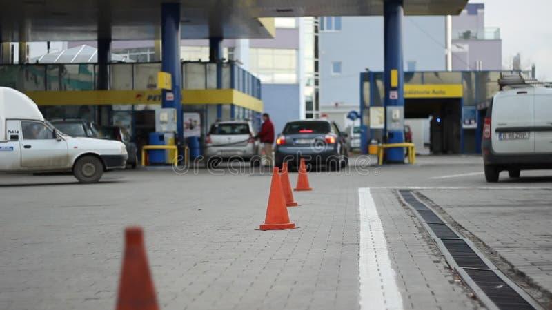 Richtsnoer bij Benzinepost stock footage