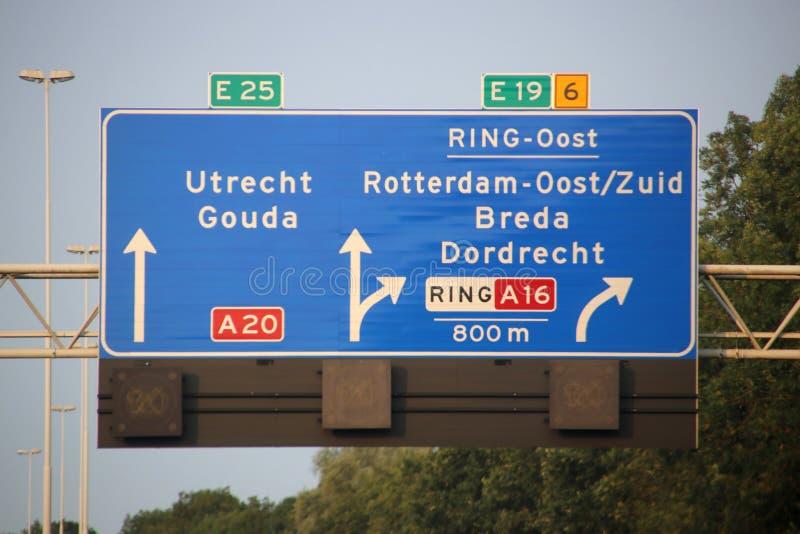 Richtung und Geschwindigkeit unterzeichnen über Autobahn A20 beim Terbregseplein mit Spalte zum Süden von Rotterdam über A16 und  lizenzfreies stockfoto