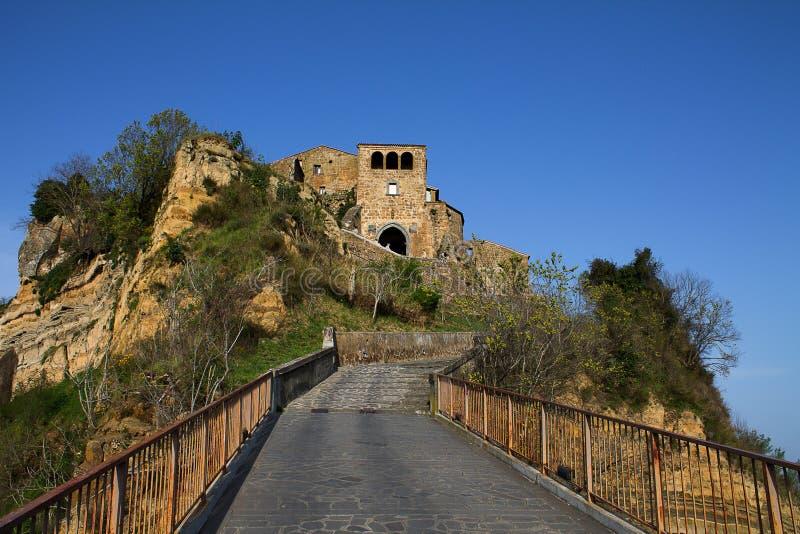 In Richtung zu Civita di Bagnoregio steigen stockfotos
