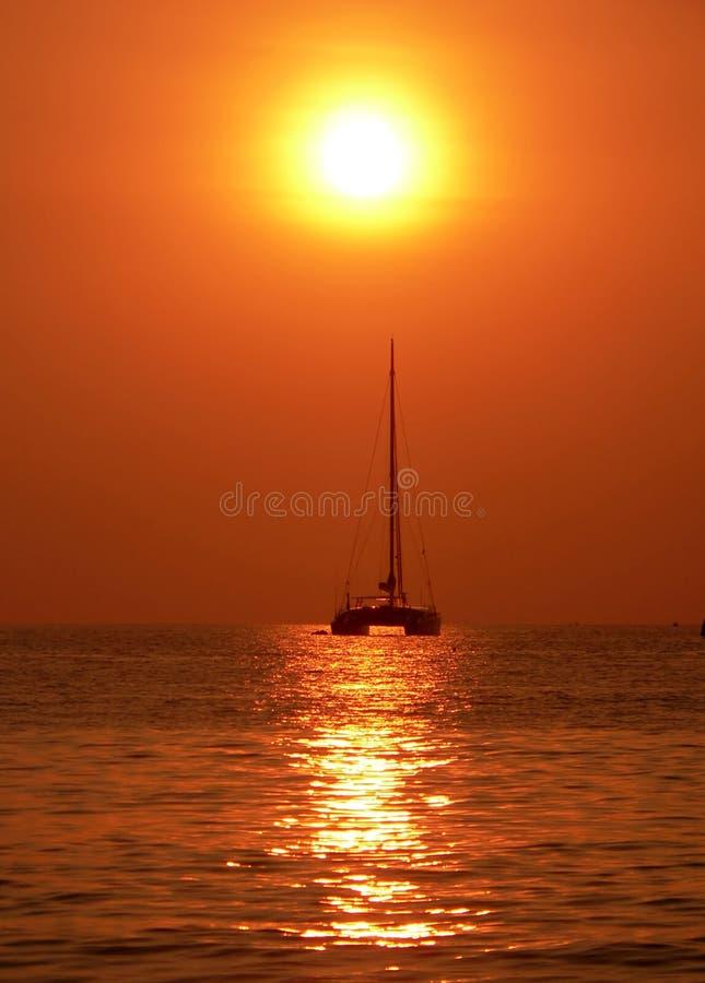 In Richtung zum dunstigen Sonnenuntergang segeln, Andaman Meer, Asien stockbild