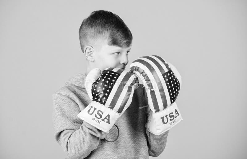 In Richtung zum Sieg ?berzeugt in seiner St?rke Fangen Sie an, Karriere einzupacken Jungensportler-Abnutzungsboxhandschuhe mit US stockbilder