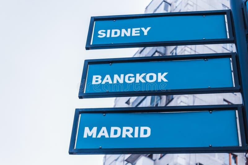 Richtungs- und Abstandsindikator zu den Hauptstädten der Welt stockbilder