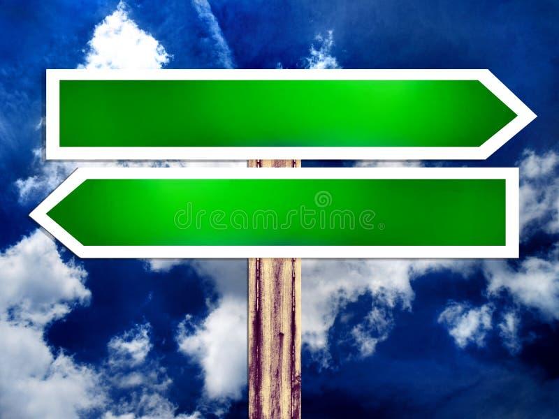 Richtungs-Verkehrsschild des doppelten Leerzeichens und der Himmel lizenzfreie abbildung