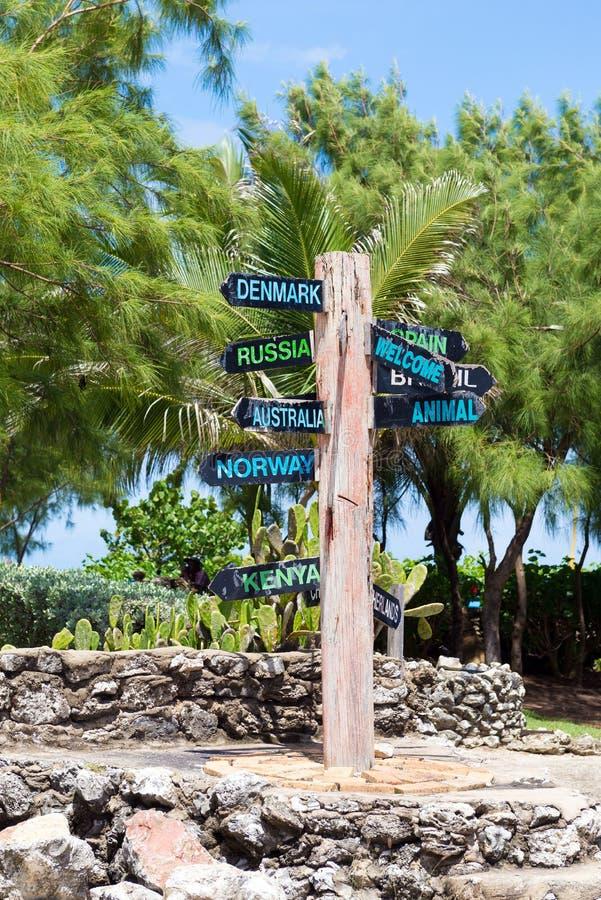 Richtungswegweiser zu vielen verschiedenen Ländern im karibischen isla lizenzfreies stockfoto