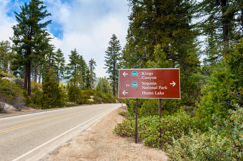 Richtungszeichen zu Königen Canyon und zum Mammutbaum-Nationalpark lizenzfreie stockbilder