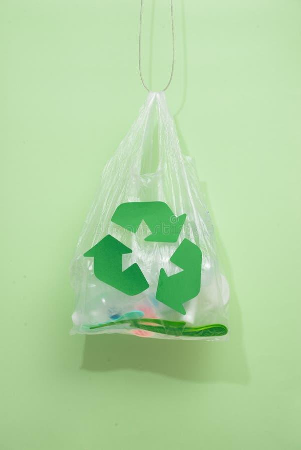 Riciclaggio dei rifiuti, riutilizzazione, tritarifiuti, ambiente e ecolog fotografie stock