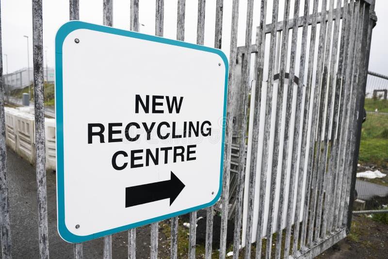 Riciclaggio del segno del centro con la freccia di direzione riciclare mobilia e legname immagini stock libere da diritti
