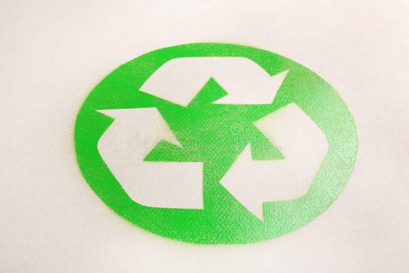 Riciclaggio del simbolo sulla carta del cartone fotografia stock