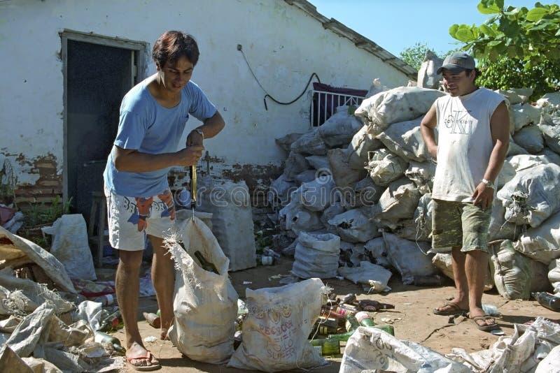 Riciclaggio del vetro come strategia di sopravvivenza nel Paraguay fotografia stock