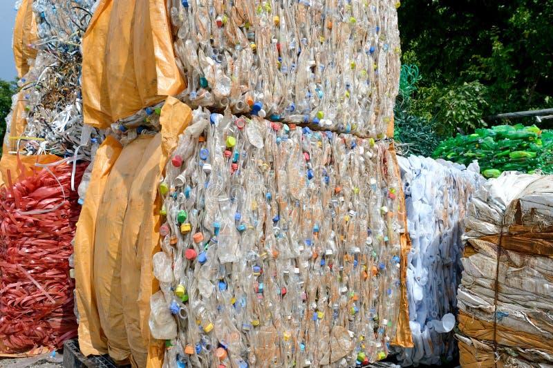 Riciclaggio di plastica della bottiglia fotografie stock