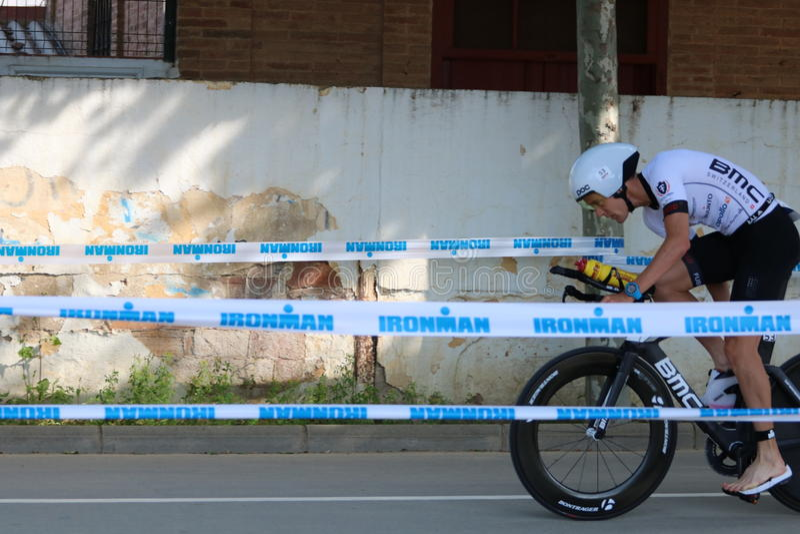 Riciclaggio sano di esercizio di sport del triathlete di triathlon fotografie stock libere da diritti