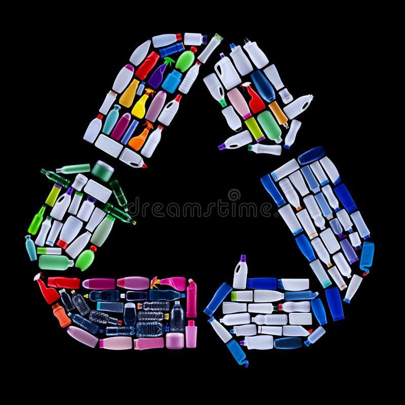 Riciclando il simbolo fatto da plastica imbottiglia i rifiuti - conce dell'ecologia fotografia stock libera da diritti