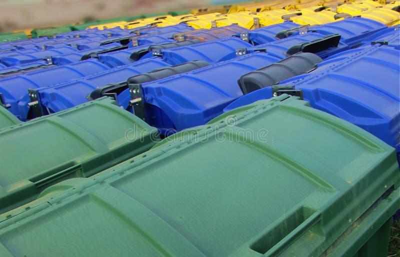 Ricicli gli scomparti, il verde, l'azzurro ed il colore giallo immagini stock libere da diritti