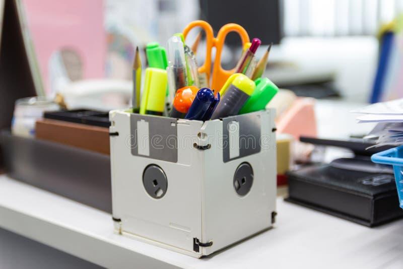 Ricicli il floppy disk, oggetti creativi usati immagini stock