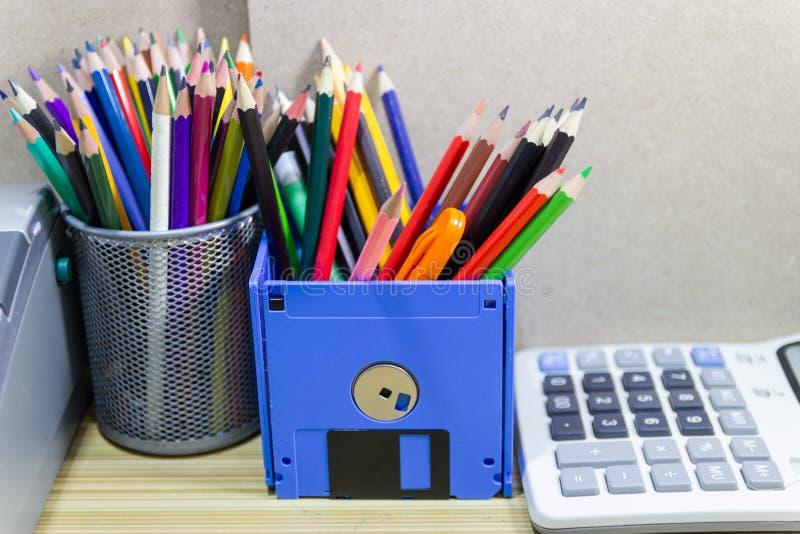 Ricicli il floppy disk, oggetti creativi usati per i rifornimenti del deposito quali le matite della penna fotografia stock libera da diritti